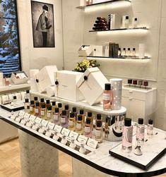 日本初 ディオールパフュームビューティ関西空港ブティックの魅力を体験 Commercial Interior Design, Shop Interior Design, Bathroom Interior Design, Retail Design, Store Design, Perfume Display, Perfume Store, Cosmetic Display, Cosmetic Shop