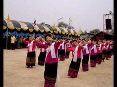 La sortie du temple lors des festivités au Wat Aran Ya Khet. http://youtu.be/dzngfXkKiHw