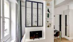 Un studio parisien avec un coin nuit séparé - PLANETE DECO a homes world Small Space Living, Small Rooms, Small Apartments, Small Spaces, Living Spaces, Separation Studio, Studio Bed, Mini Loft, Hidden Bed