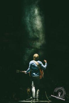 Nebel und Licht - einzigartige Atmosphäre in der Arena. Der deutsche Singer/Songwriter Philipp Poisel 2017 live bei seinem Konzert in der König-Pilsener-Arena in Oberhausen. Er begeistert das Publikum mit seinem Auftritt. Weitere Bilder entdeckt ihr auf der Website :) Foto: David Hennen, Musikiathek