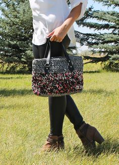 This free crochet pattern includes step-by-step photos to help you create a crocheted purse made with t-shirt yarn.