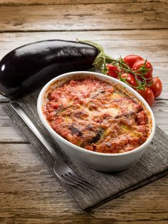 Check out this fresh, new Vegan Eggplant Parmesan recipe brought to you by Dr. This is the perfect meal to add to your diet because it incorporates healthy ingredients into an already delicious meal! Vegan Eggplant Parmesan, Eggplant Zucchini, Vegetable Casserole, Zucchini Casserole, Veggie Dishes, Casserole Dishes, Mozzarella, Carne, Slow Cooker