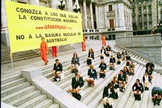 """Octubre 2002: Greenpeace pone inodoros en el Congreso y sus activistas posan como legisladores """"haciendo cosas que huelen mal"""". La policía los detiene y reprime violentamente a vecinos. Se trata de una protesta contra la importación de residuos nucleares.    © greenpeace"""