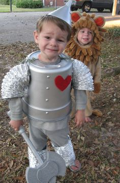 Wizard of Oz Tin Man Costume for Halloween! Wizard of Oz Tin Man Costume for Halloween! Diy Tin Man Costume, Tin Man Costumes, Halloween Costumes To Make, Family Costumes, Halloween Kostüm, Costume Ideas, Costume For Kids, Wizard Of Oz Costumes Diy, Toddler Halloween