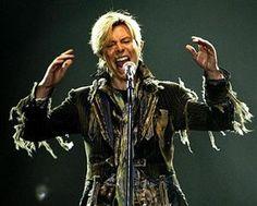 :2月26日、来月に10年ぶりとなる新作アルバムを発売する英ロック歌手デビッド・ボウイ。批評家の同アルバムへの評価も上々で、今後ボウイがツアーを行うかに注目が集まっている。写真は2004年6月、プラハでのコンサートで撮影(2013年 ロイター/David W Cerny)