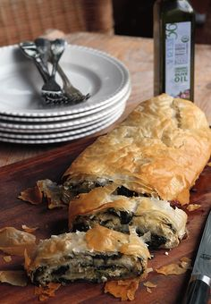 Here's one of the best Greek zucchini recipes: An easy phyllo (or filo) pie filled with grated zucchini, herbs, and Greek feta. Blue Zones Recipes, Zone Recipes, Gourmet Recipes, Healthy Recipes, Cooking Recipes, Spanakopita Recipe, Greek Spinach Pie, Greek Cooking, Greek Dishes