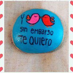 El amor en las piedras. Y sin embargo te quiero 💕. #love #piedraspintadasamano #piedrasparasonreir #handmade #stonepaintingart ##artstone #stoneart #stonepainting #paintingstones #rockspainting
