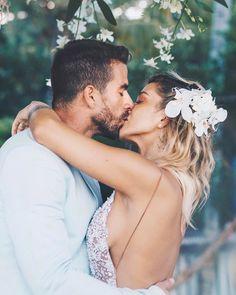 Com um casamento lindo como esse fica difícil pra criatura aqui mesmo como convidado se segurar nas fotos. Que coisa maravilhosa esse negócio de amor né xovens?  #casamentomaravida #trancoso
