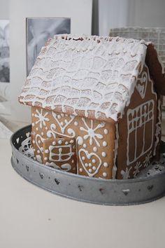 Hej på er! I år gjorde jag egen pepparkaksdeg, bakade ett eget pepparkakshus som vi sedan dekorerade igår! Nu doftar det jul i hela halle...