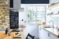 Located in the coastal city of A Coruña in Galicia, Spain, this 55 sqm sq.) modern apartment decorated with IKEA furniture was designed by Egue y Seta. Kitchen Dining, Kitchen Decor, Kitchen Cabinets, Kitchen Ideas, Kitchen Modular, Subway Tile Kitchen, Subway Tiles, Flat Rent, Interior Decorating