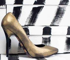 """""""Vous ne pouvez jamais prendre trop de soin à choisir vos chaussures. Trop de femmes pense que ça n'a pas d'importance, mais la véritable preuve de l'élégance d'une femme se trouve dans ses souliers.""""  Christian Dior"""