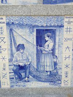 Pescadores atar Redes. PESCADOR a remendar (COSER) a rede de pesca. OS SINAIS nas laterais do painel são a ASSINATURA de cada pescador (na altura eram quase TODOS analfabetos).