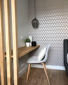 The Hicks Hexagon wallpaper by Cole and Son in its golden color decorates the wall of an office here. Photo and production by Thomas Scelles. ColeThe Cole and Son's Hicks Hexagon wallpaper decorates an office. Hexagon Wallpaper, Office Wallpaper, Wall Wallpaper, Wallpaper Wallpapers, Iphone Wallpapers, Workspace Design, Home Office Design, Workspace Inspiration, Home Decor Inspiration
