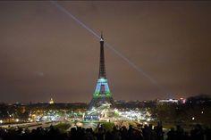 """La Tour Eiffel s'est habillée de reflets verts dimanche soir à l'occasion de la conférence mondiale sur le climat, avec le lancement d'une oeuvre artistique visant à faire pousser des arbres virtuels sur le monument parisien tout en finançant des opérations de reforestation.Cette opération """"1 Heart 1 Tree"""", lancée en présence du secrétaire général de l'ONU Ban Ki-moon, du chef indien Raoni, de Nicolas Hulot ou encore l'actrice Marion Cotillard, doit colorer en vert le célèbre monument…"""