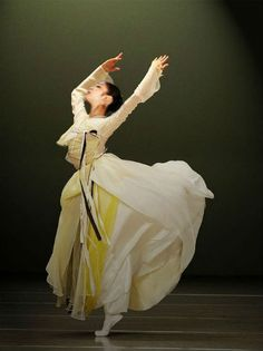 한복 hanbok, Korean traditional clothes  _I love the flow of clothes as she's dancing