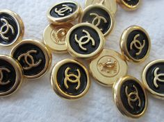 CHANEL engraved in the backs. Black enamel on gold. Chanel Outfit, Chanel Fashion, Chanel Style Jacket, Circle Logo Design, Chanel Couture, Chanel Jewelry, Women Jewelry, Unique Jewelry, Gold Pearl