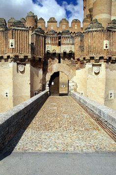Castillo de Coca, Puente y entrada al castillo, Coca, Segovia, Castilla y León, España