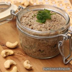 5-ingredient vegan mushroom pate with cashews: creamy and full of flavor.
