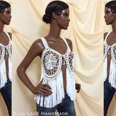 """Очень популярная модель жилета с бахромой. Простой """"хиповый"""" рисунок делает этот жилет универсальным. Можно носить даже с джинсами и кедами, накинув жилет на любую майку.  Можно использовать в качестве пляжной одежды. Цвет - белоснежный. #crochet #olgalace #dress #vest #crochetvest #жилет #жилетсбахромой #жилетка #вязаныйжилет #вязание #бахрома #andibagus"""