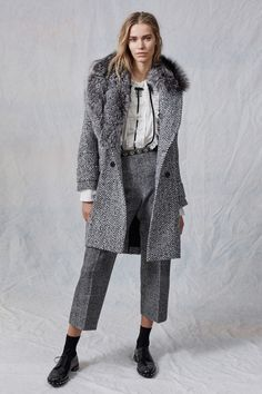 See the complete Ermanno Scervino Pre-Fall 2017 collection.