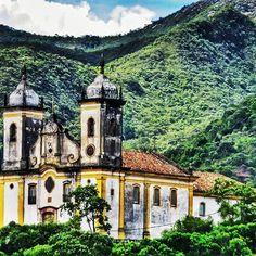 Pra onde quer que você olhe, verá uma igreja em Ouro Preto! rs A Igreja São Francisco de Paula se destaca na paisagem da cidade por ficar bem no alto de um morro.  #ouropreto #mg #minas #minasgerais #church #igreja
