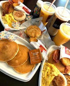 Food And Drink Breakfast - Recipes I Love Food, Good Food, Yummy Food, Mcdonalds Breakfast, Keto Mcdonalds, Breakfast Recipes, Snack Recipes, Breakfast Ideas, Sleepover Food