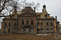 This forgotten mansion makes me want to start writing a story exploring how the house became abandoned. The fading beauty of the mansion would make for a melancholic story, wouldn't it? Or a sort of European Grey Gardens story, perhaps. In any case, very inspiring.