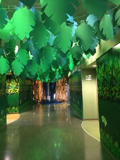 Decor idea for a jungle safari party Rainforest Classroom, Jungle Theme Classroom, Classroom Decor, Jungle Theme Crafts, Jungle Bulletin Boards, Rainforest Theme, Jungle Theme Parties, Safari Party, Safari Theme