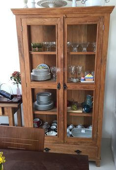 Cristaleira sempre velha e atual Wooden Display Cabinets, China Cabinet Display, Muebles Living, Adobe House, Glass Cabinet Doors, Open Plan Kitchen, Furniture Projects, Shelves, Living Room