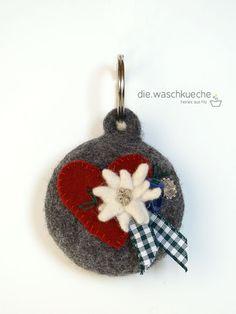 Could be a cute keychain. Felt Diy, Felt Crafts, Diy Crafts, Wet Felting, Needle Felting, Spieth Und Wensky, Felt Christmas, Christmas Ornaments, My Sweet Valentine