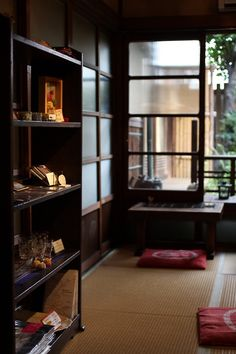 Kodenmacho cafe cafe 紅 Japanese Style House, Traditional Japanese House, Japanese Home Decor, Japanese Interior Design, Japanese Design, Japanese Architecture, Interior Architecture, Bedroom Minimalist, Love Home