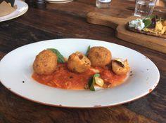 Bolinho de risoto de tomate, mussarela de búfala e molho arrabiata. http://saldeflor.com.br/