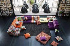Une photo de la décoration intérieure d'une maison grâce à des coussins de sol colorés et fleuris