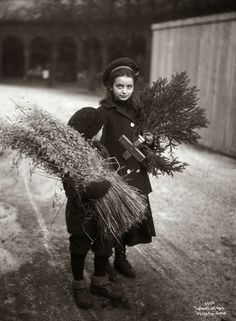 These nostalgic vintage Christmas photos, found in the Norwegian Digital Museum, illustrates what Scandinavian Christmas traditions are all about: A joyous time for family and lots of excitement for the children. Vintage Pictures, Old Pictures, Vintage Images, Old Photos, Vintage Christmas Photos, Vintage Holiday, Christmas Pictures, Vintage Abbildungen, Photo Vintage