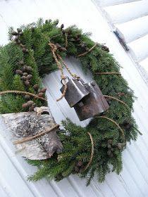 HANNAS: Julkrans - Love the birch bark embellishment with the cow bells Noel Christmas, Primitive Christmas, Country Christmas, All Things Christmas, Winter Christmas, Christmas Crafts, Christmas Greenery, Woodland Christmas, Natural Christmas
