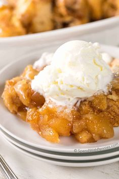 Apple Pie Dumplings with just 2 Ingredients! (Apple Pie Filling) Healthy Dessert Recipes, Easy Desserts, Delicious Desserts, Yummy Food, Apple Recipes, Sweet Recipes, Apple Pie Dumplings, 3 Ingredient Desserts, Cookies Ingredients