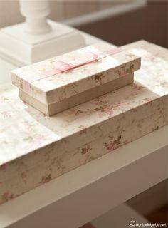 Caixinhas organizadoras com detalhes floridos e lacinho rosa