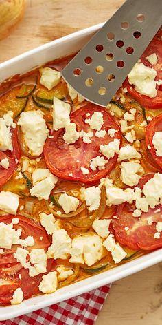 Italien für zuhause: Mit unserem Zucchini-Feta-Gratin erhältst du das perfekte Sommer-Gericht. Für das vegetarische Rezept benötigst du nur wenige Zutaten und die meiste Arbeit erledigt dein Backofen. Was kann es besseres geben?