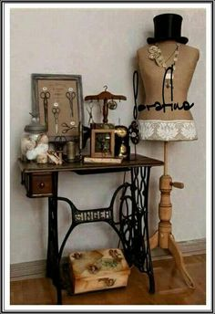22 Reuse and Recycle Ideas to Create Small Tables with Vintage Sewing Machines Vintage Möbel, die alte Nähmaschinen recyceln Vintage Sewing Rooms, Diy Vintage, Vintage Sewing Notions, Vintage Ideas, Vintage Vignettes, Sewing Room Decor, Vintage Display, Vintage Crafts, Vintage Style