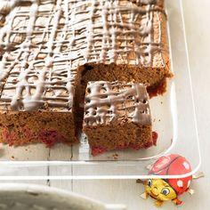 Dass Schokolade und Kirschen eine tolle Kombination sind, wissen wir ja schon von der Schwarzwälder Kirschtorte. Schneller und einfacher gemacht sind unsere Schoko-Kirsch-Schnitten: saftiger Schokoladenkuchen vom Blech mit extra viel Schokoglasur. Foto: Thomas Neckermann