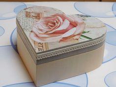 houten hartendoos gedecoreerd met servet en kant Decoupage Box, Altered Boxes, Painted Boxes, Keepsake Boxes, Vintage Wood, Own Home, Vintage Prints, Paper Cutting, Decorated Boxes