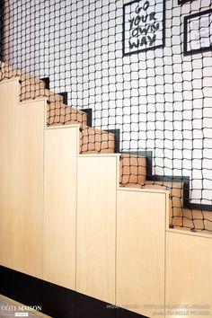 DANS LE FILET Réalisation WOM Design - Stéphanie MICHEL-GIRARD  Crédit photo © Isabelle Picarel   Chambre avec mezzanine rénovée pour une adolescente autour d'une ambiance féminine et aérienne#filet#mezzanine#chambre#adolescent#menuiseriessurmesure#menuiserie#noir#escalier#filet#garde corps#aménagementsousescalier#placards Mezzanine Bedroom, Loft Room, Contemporary Stairs, Modern Stairs, Staircase Railing Design, Orquideas Cymbidium, Window Grill, Flat Ideas, Banisters