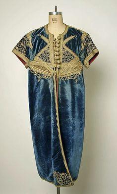 Старая ручная вышивка. Национальный костюм.