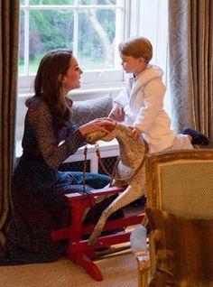 Barack et Michelle Obama ont été reçus par le duc et la duchesse de Cambridge et le prince Harry au palais de Kensington, leur résidence à Londres, le 22 avril 2016 pour un dîner privé dans le cadre de leur visite d'Etat au Royaume-Uni. Et même le prince George (en pyjamas) a pu rencontrer pour la première fois les Obamas, le palais soulignant qu'il avait droit à 15 minutes supplémentaires avant d'aller au lit. Robe : LK Bennet