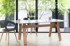 Die Kombination aus schlichten Stühlen und einem skandinavischen Esstisch passt in jedes Esszimmer.