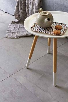 Vloertegels in de kleur lichtgrijs. Tile Floor, Tiles, Stool, New Homes, Flooring, Living Room, Inspiration, House Floor, Furniture