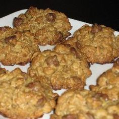 """Ma grand-maman Georgette (excellente cuisinière!) me faisait toujours ces biscuits au gruau et aux pépites de chocolat quand j'étais petite. Maintenant c'est moi qui les cuisine pour elle (et ils sont """"presque"""" aussi bons!)"""