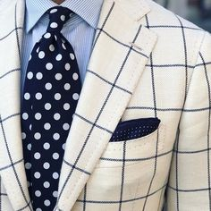 White and navy window pain sportcoat, combined with the light blue shirt, a navy polkadot tie and pocket square. Sharp Dressed Man, Well Dressed Men, Suit Fashion, Mens Fashion, Latest Mens Wear, Bespoke Shirts, Plaid Suit, La Mode Masculine, Light Blue Shirts