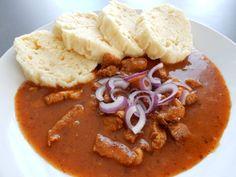 Recept na výborný vepřový guláš. Vepřový guláš je zahuštěný chlebem, proto je mnohem chutnější. Jako přílohu si dejte domácí houskový knedlík... Czech Recipes, Ethnic Recipes, Thai Red Curry, Chili, Food And Drink, Soup, Red Peppers, Cooking, Chile