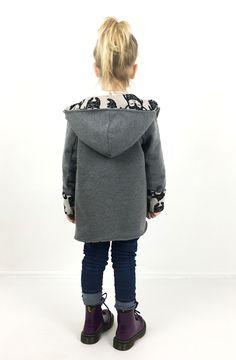 Capa ist ein ungefütterter, ausgestellter Mantel, der auch als Jacke oder ärmellose Weste genäht werden kann. Beim Kragen kann zwischen einem einfachen Rundhalsausschnitt, einem Mantelkragen und einer Kapuze gewählt werden. Daneben enthält das Schnittmuster eine Vorlage für aufgesetzte Taschen mit Patte. Das bequeme Kleidungsstück kann nach Wunsch mit Knöpfen, Magnetverschlüssen, Schnallen oder Knebelverschlüssen geschlossen werden. In der Anleitung ist beschrieben, wie du die Capa an den…